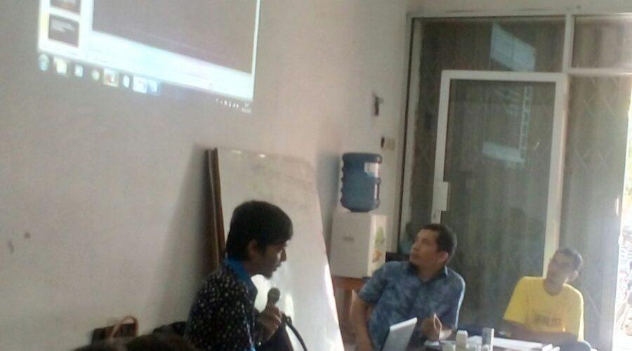 Bpk Sidik menyampaikan materi pembuatan web profesional bersama komunitas sedekah ilmu