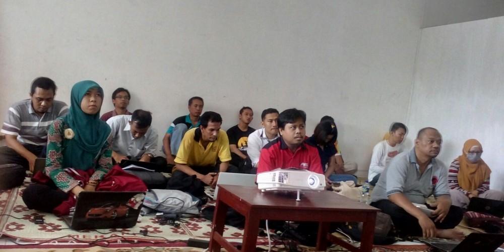 Peserta dengan serius mengikuti pelatihan WEB Profesional di sekretariatan KSI