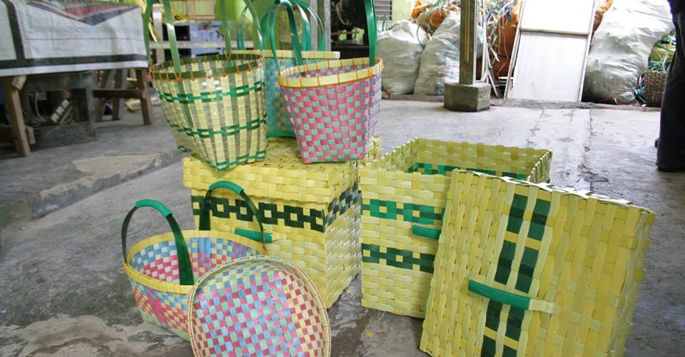 Aneka kerajinanan Warga Binaan Rutan kelas IIB Pajangan Bantul,Limbah tali plastik bisa untuk membuat Kotak Baju kotor,atau kotak tempat barang-barang, tas belanja ke pasar,dan untuk tempat buah, hasil karya warga binaan untuk mengisi waktu selama masa tahanan, mari kita ikut membantu memasarkan produk tersebut